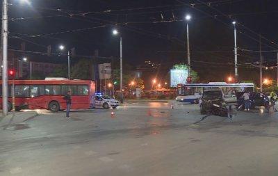 Шофьор на автобус мина на червено във Варна, помете две коли