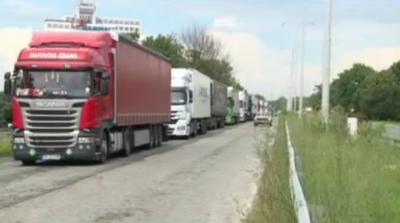Километрични опашки от тирове на Дунав мост при Русе