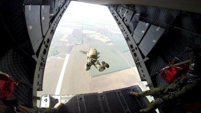 Морският спецотряд със зрелищни парашутни скокове