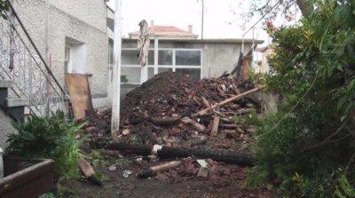 Доброволци разчистват отломките от изгорялата от мълния къща в Каравелово