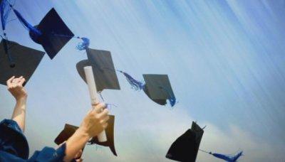 Започва връчването на дипломите на зрелостници