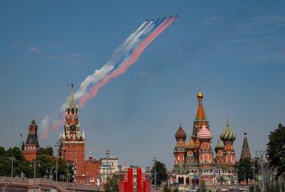 На Червения площад в Москва репетират за парада (Снимки)