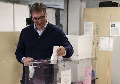 Александър Вучич свали маската, докато гласува