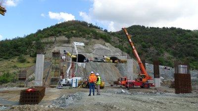 """Срутване в новостроящия се тунел """"Железница"""" по """"Струма. Има затрупани"""