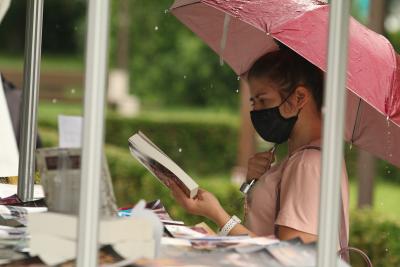 Дъжд и строги мерки в първия ден на Пролетния базар на книгата