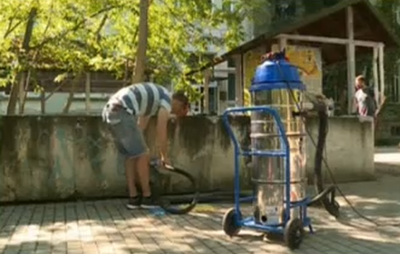 Доброволци от Варна почистиха сградата на Аквариума от графити