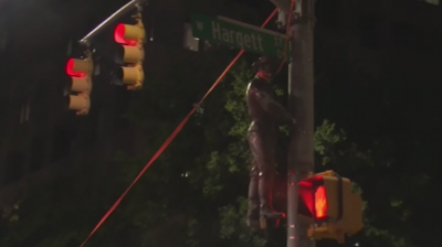 Демонстранти свалиха поредна статуя в САЩ