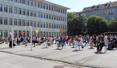 Випуск 2020-а: Усмивки на столчета в двора на Немската