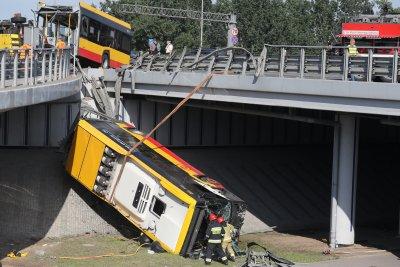 Автобус падна от мост във Варшава. Има загинал и пострадали (Снимки)