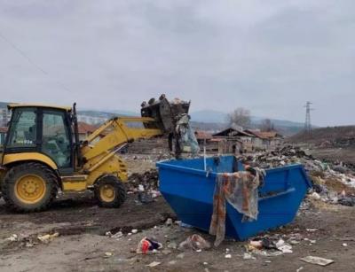 Разравят площадка с отпадъци до Червен бряг. Районът е отцепен - възможно е да са опасни