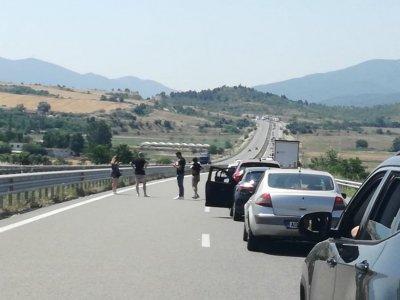 Километрична колона от автомобили на влизане в Гърция, чакането - с часове