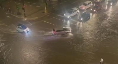 Мощна буря в София: Наводнени улици и закъсали коли