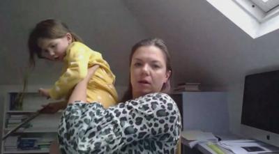 Рисковете на живото предаване: дете прекъсна интервю на майка си заради картина с еднорог