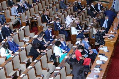 Столичното РЗИ влезе в парламента. Раздават глоби от по 300 лева на 24-ма депутати