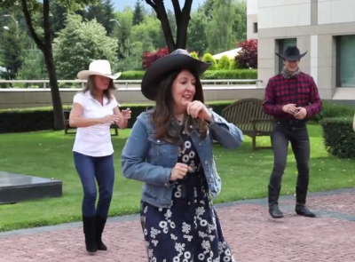 Посланик Херо Мустафа танцува с каубойски ботуши и шапка по случай 4 юли (Видео)