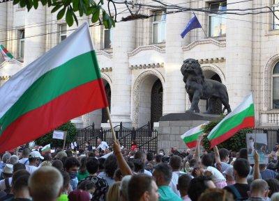 Протестът в защита на президента продължава пред Съдебната палата