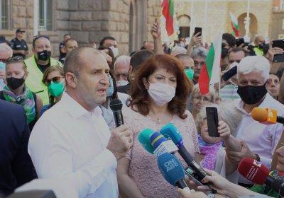 """Румен Радев пред протестиращите: Тук сме, за да кажем """"не"""" на страха, на който се опира мафията"""