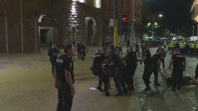 """Отново сблъсъци между протестиращи и полицията в """"триъгълника на властта"""""""