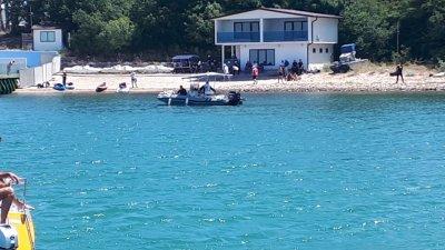 """Протестиращи опитаха да стигнат и по вода до плажа в парк """"Росенец"""""""