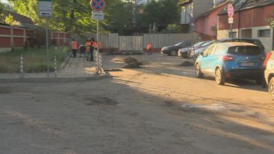 """Проверяват канализацията на затлачената столична ул. """"Алеко Константинов"""""""