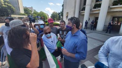 """""""Да, България"""" протестират пред сградата на Община Бургас"""