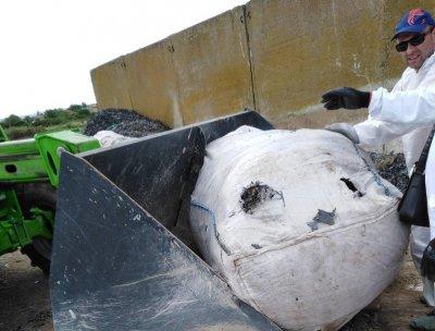 Продължава изваждането на заровени бали с боклуци край Червен бряг
