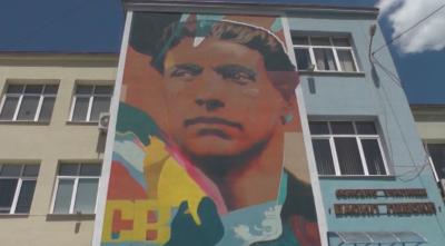 Най-големият портрет на Апостола – върху фасада на училище във Враца