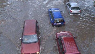 Автомобилът не е амфибия. Мине ли водата фаровете - викайте застрахователя