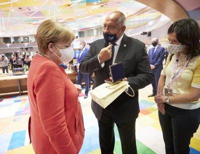 Розово масло от Борисов за рождения ден на Меркел