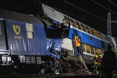 Пътнически и товарен влак се сблъскаха в Чехия, един човек е загинал