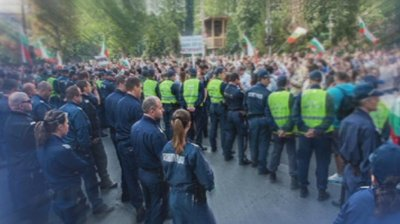 Временно отстранени са полицаите, проверявани за употреба на сила при протестите