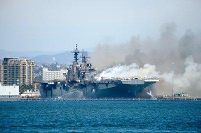 Втори ден гори американски военен кораб
