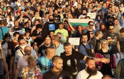 Протестиращи след поисканите от премиера оставки: Искаме оставката на цялото правителство