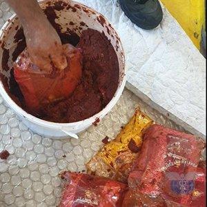 Задържаха 238 кг тютюн за наргиле, скрит в бидони с туршия и доматено пюре