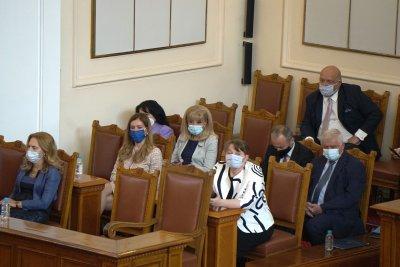 Дебати по вота в пленарна зала. Пред парламента - протест