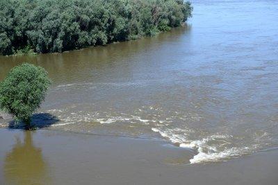 Две жертви и 11 ранени при наводнения в Турция. 12 села – откъснати от света