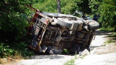 Камион с вишка се обърна в село Стоб, има пострадал работник