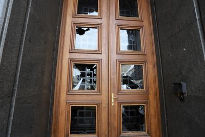 Пораженията по бившия Партиен дом – счупени стъкла, боя по фасадата