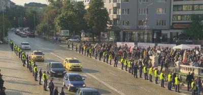 Протест пред парламента с искане за оставка на правителството