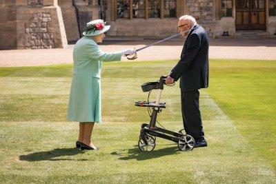 Елизабет II посвети в рицарство 100-годишния Том Мур заради каузата му, с която събра над 32 млн. лири