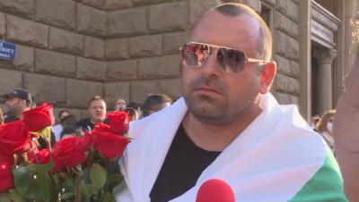Протестиращ всеки ден ще подарява цветя на полицайките