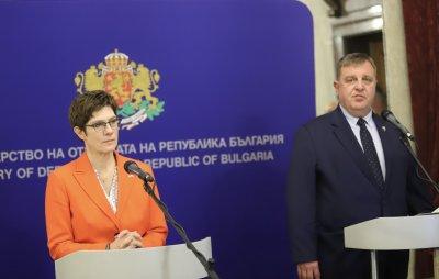 Германският министър на отбраната се срещна с Борисов и Каракачанов