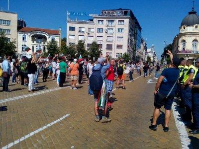 """Протестиращите пред парламента блокираха движението по бул. """"Цар Освободител"""""""