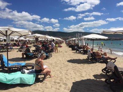 Строги мерки в Слънчев бряг, дезинфекцират ежедневно шезлонгите на плажа