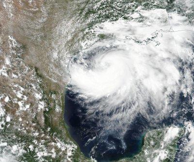 """Тръмп обяви извънредно положение в Тексас заради урагана """"Хана"""""""