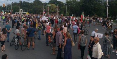 18-и ден на протест в София: Блокираха Орлов мост, свински уши и пърформанс пред МС (ОБЗОР)