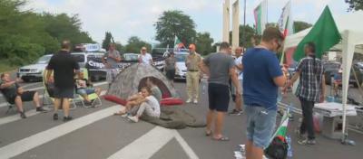 """Пътят към АМ """"Тракия"""" от Стара Загора остава блокиран"""