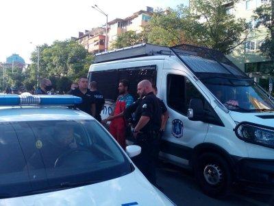 Полиция изведе мъж от Орлов мост, несъгласен с блокадата