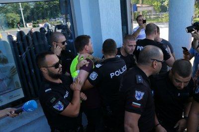 Напрежение на Орлов мост заради блокираното кръстовище, има задържан