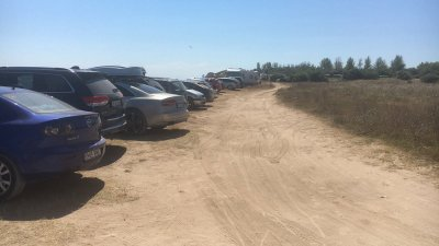 Министерството на туризма сезира МВР за паркирани коли върху дюни на Крапец